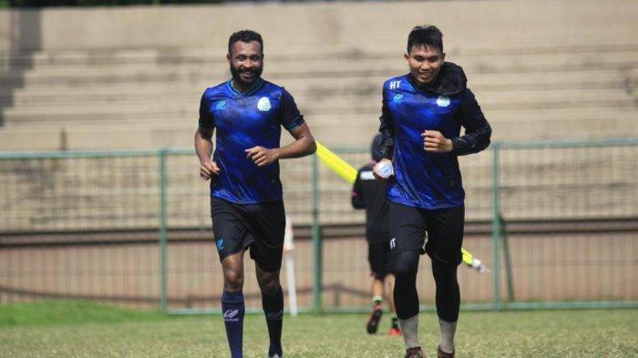 Herwin Tri Saputra (kanan) berlatih mengembalikan kondisi fisik - istim