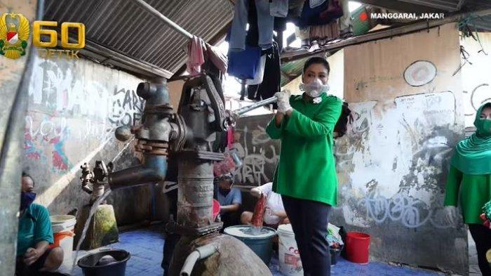 Istri KSAD Andika Perkasa Sambangi Rumah Warga Bantaran Kali Ciliwung hingga Bantu Memompa Air