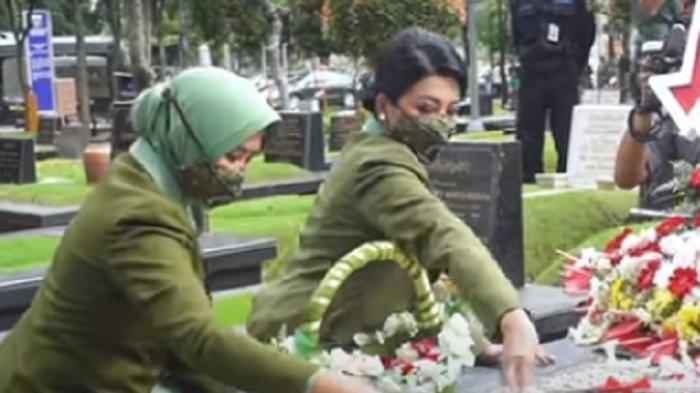Ketika Hetty Andika Perkasa Berziarah ke Makam Pendiri Persit KCK Ratu Aminah Hidayat