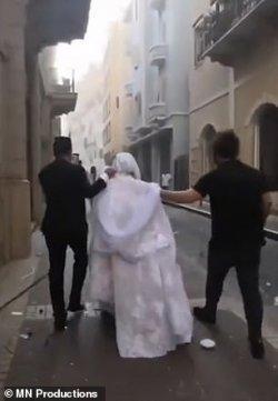 Israa Seblani (29) pengantin yang tengah melakukan sesi foto pernikahan saat detik-detik ledakan Beirut, Lebanon
