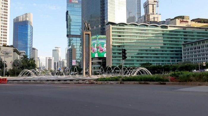 Suasana arus lalu lintas di Jalan MH Thamrin hingga Sudirman Jakarta Pusat, tampak lengang pada hari kedua lebaran Idulfitri, Senin (25/5/2020) pagi.