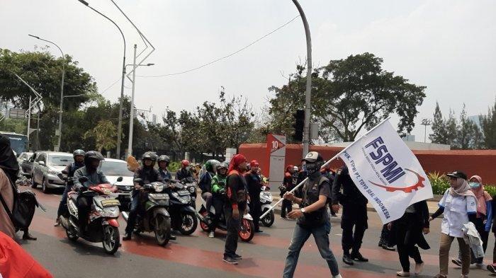 Massa Buruh Mulai Berdatangan di Gedung DPR RI