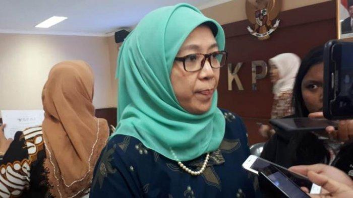 Anggota KPAI Hikmawatty saat diwawancarai seusai konferensi pers terkait eksploitasi anak pada audisi Djarum Beasiswa Bulutangkis di Kantor KPAI, Jakarta, Kamis (1/8/2019). Tribunnews/Abdul Majid