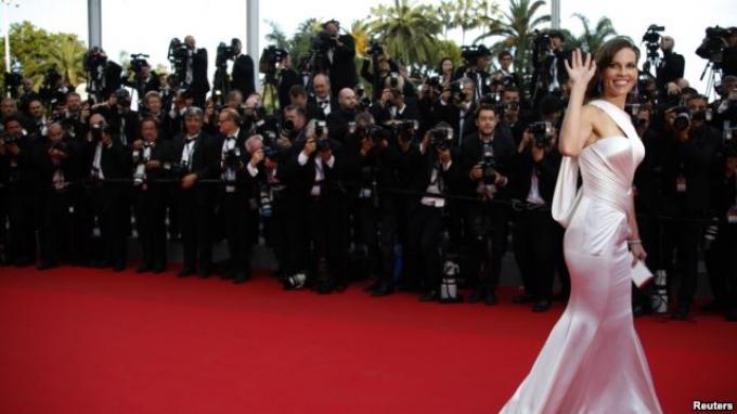 Festival Cannes Tolak Masuk Perempuan Bersepatu Hak Rendah