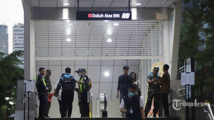 Aktifitas pekerja saat jam pulang kantor di kawasan stasiun MRT Dukuh Atas Jakarta, Senin (16/3/2020). Himbauan pemerintah untuk bekerja dari rumah untuk mencegah penyebaran Covid-19 tidak diindahkan sejumlah perusahaan yang berada di sekitar Jalan Sudirman-Thamrin, hal itu terlihat dari masih banyaknya aktifitas pekerja dan kemacetan lalulintas. TRIBUNNEWS/HERUDIN