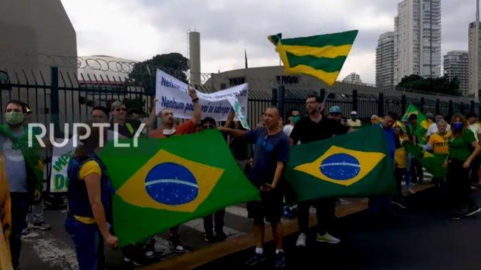 Presiden Brasil Dukung Demo Anti-Karantina pada Pemerintahan dan Serukan Kudeta Militer