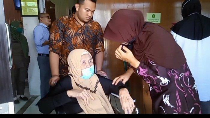 Hj Darmina pasca mengikuti persidangan gugatan dari anak kandungnya terkait warisan di Pengadilan Agama Pangkalan Balai.
