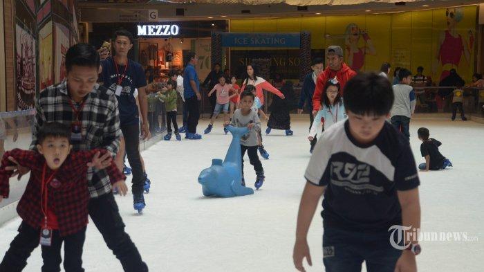 NIKMATI LIBURAN - Sejumlah pengunjung bermain ice skating di wahana Ice Skating & Snow Play ?Holiday Wonderland? di atrium Grand City, Rabu (20/6). Liburan lebaran yang bersamaan dengan liburan sekolah dimanfaatkan anak-anak bermain di mall. SURYA/AHMAD ZAIMUL HAQ
