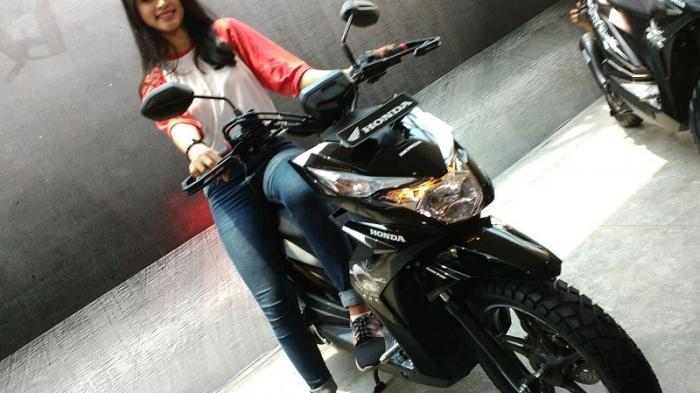 Honda BeAT Street ESP. Motor matik 110 cc ini resmi diluncurkan di pasar Indonesia, Rabu (19/10/2016) dan dilepas di harga Rp 15,4 juta on the road Jakarta untuk tipe CBS.