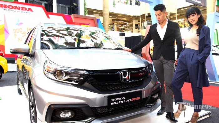 Dua model berpose di samping New Honda Mobilio yang dipamerkan di atrium 23 Paskal Shopping Center, Jalan Pasirkaliki, Kota Bandung, Selasa (26/2/2019). Model terbaru New Honda Mobilio ini tampil dengan berbagai penyegaran pada eksterior serta beberapa fitur baru pada interior dan ditawarkan tanpa kenaikan harga berkisar Rp 206 juta - Rp 264 juta OTR Bandung. (TRIBUN JABAR/GANI KURNIAWAN)