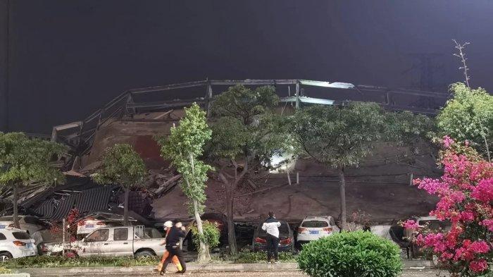 Bangunan yang runtuh dilaporkan merupakan pusat karantina virus korona sementara.