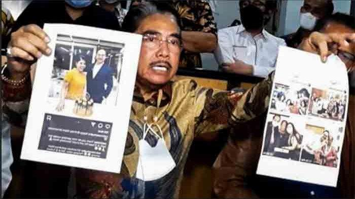 Hotma Sitompul saat menunjukkan foto Desiree Tarigan bersama seorang pria yang diduga selingkuhannua, Sunter Jakarta Utara, Selasa (6/4/2021).