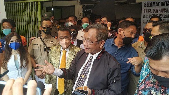 Vivi, korban kasus UU ITE, (memakai baju putih di sebelah kiri) yang curhat kepada Hotman Paris dan Menko Polhukam Mahfud MD di kedai kopi dan bakpao Kwon Kuang Kopi Johny, Kelapa Gading, Jakarta Utara, Sabtu (20/3/2021).