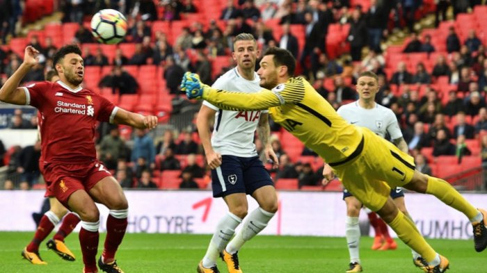 Kiper Tottenham Hotspur, Hugo Lloris, meninju bola dalam laga Liga Inggris kontra Liverpool FC di Stadion Wembley, London, pada 22 Oktober 2017. GLYN KIRK/AFP/BOLASPORT.COM