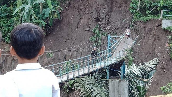 Hujan Deras Buat Jembatan Gantung Putus, Akses Desa Neglasari dan Gelarpawitan Terputus