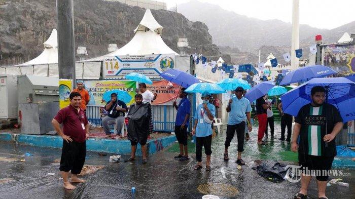 Hujan deras turun di Mina saat Jemaah Haji bersiap bergerak menuju Jamaraat untuk melakukan lempar jumrah, Senin (11/8/2019). TRIBUNNEWS/HO