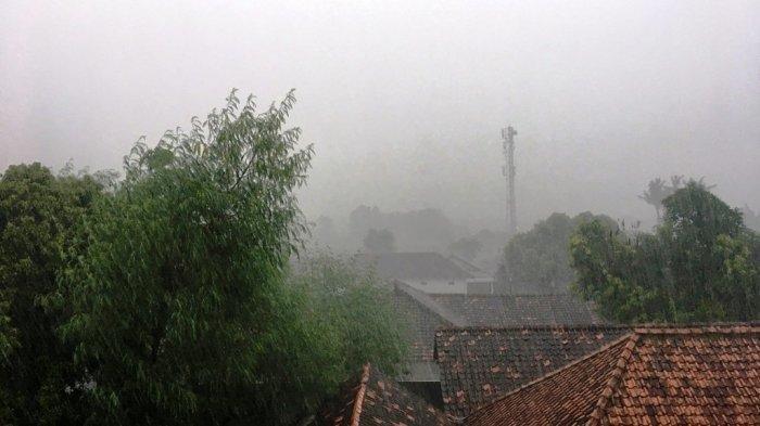 Hujan lebat yang terjadi di daerah Sewon, Bantul, Jumat (14/2/2020).