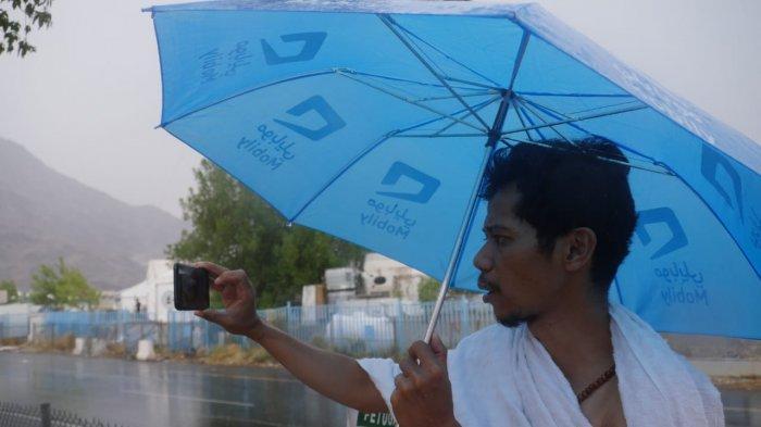 Hujan mengguyur Padang Arafah saat wukuf, Sabtu (10/8/2019). Hujan saat wukuf adalah peristiwa langka, sebelumnya cuaca di Arafah mencapai 40 derajat celcius. (Tribunnews/Darmawan/MCH2019).