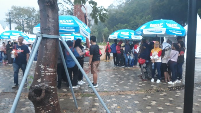 Penutupan Asian Games: Wartawan Asing Terobos Hujan Gunakan Kantong Plastik dan Kardus
