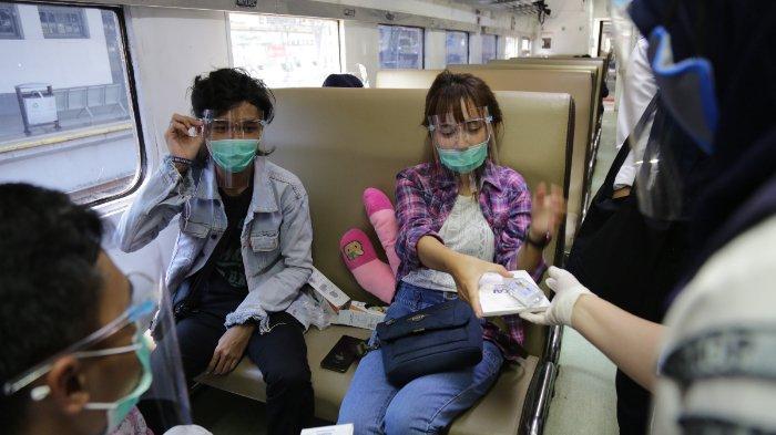 Bertepatan dengan HUT ke-75 PT KAI (Persero), KAI Daop 1 Jakarta membagikan ribuan masker dan hand sanitizer pada pelanggan kereta api, Senin (28/9/2020).