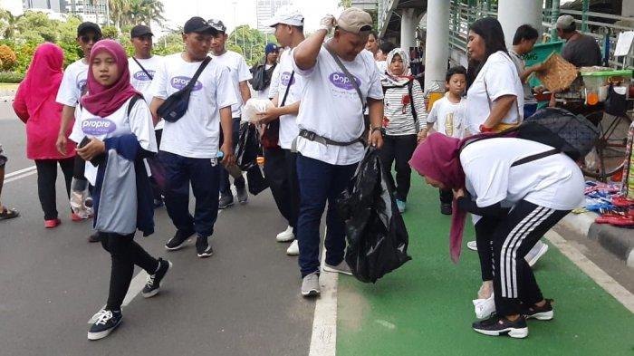 Propre, sebuah perusahaan yang bergerak di jasa laundry, merayakan hari ulang tahunnya yang ke-20 dengan jalan sehat sambil memungut sampah di area Car Free Day (CFD) Sudirman, Jakarta, Minggu (8/12/2019).