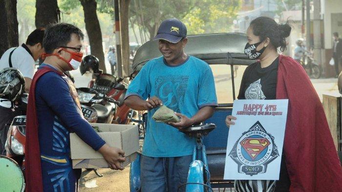 Rayakan Hari Jadi ke 4 Tahun, Superman Fans Of Indonesia Berbagi Nasi Berkat untuk Para Tukang Becak
