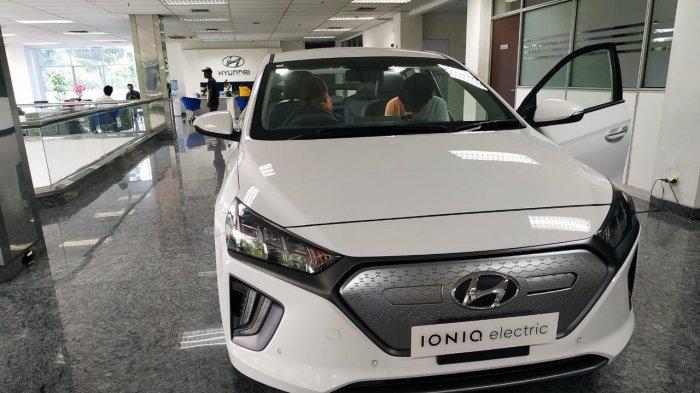Hyundai Ioniq di dealer Hyundai Simprug, Jakarta Selatan. Mobil listrik ini dalam waktu dekat segera dipasarkan untuk konsumen di Indonesia.