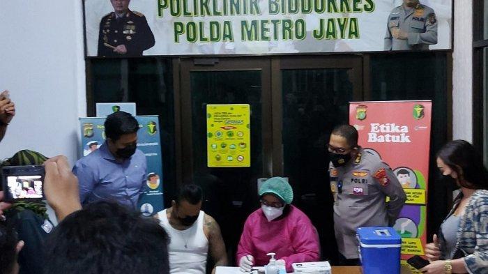 I Gede Ari Astina alias Jerinx saat menyambangi Biddokkes Polda Metro Jaya guna menerima suntik vaksin Covid-19, Minggu (15/8/2021). (Rizki Sandi Saputra)