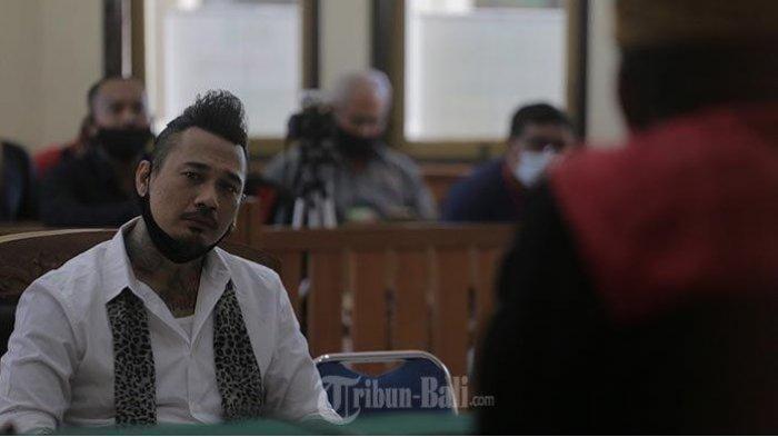 Divonis 14 Bulan Penjara, Wajah Jerinx SID Muram, Ekspresinya Menyiratkan Kekecewaan
