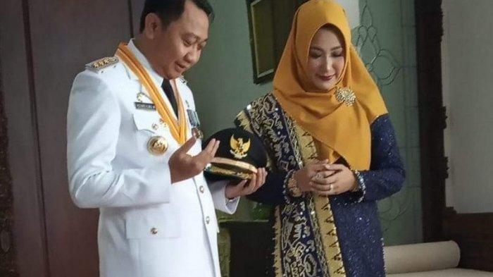 Bupati Lampung Utara Agung Ilmu Mangkunegara dan istri berdoa seusai dilantik pada 25 Maret 2019 lalu.
