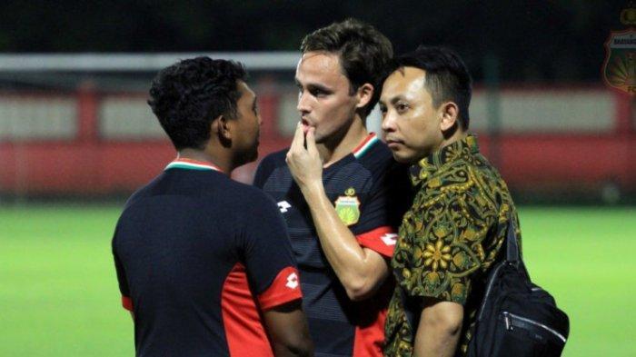 Manajer Bhayangkara FC, I Nyoman Yogi Hermawan saat menyaksikan Bhayangkara FC berlatih di Stadion PTIK, Jakarta, Selasa (25/2/2020). Dok: Bhayangkara FC
