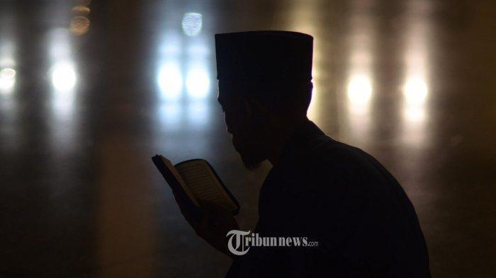 I'TIKAF - Umat muslim membaca Al Quran saat I'tikaf di Masjid Al Akbar, Rabu (6/6) dini hari. Menginjak malam 21 Ramadan, Masjid Al Akbar menggelar acara ibadah qiyamul lail, untuk memperoleh berkah lailatul qadar.(SURYA/SURYA/AHMAD ZAIMUL HAQ)