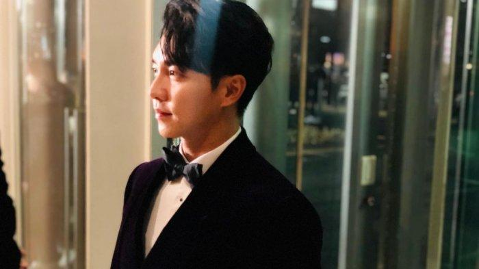 Lee Seung Gi. Penyanyi sekaligus aktor Korea Selatan. Nominasi untuk Best Ballad Award dalam Golden Disk Award 2021 dibawa pulang oleh penyanyi pria Lee Seung Gi.