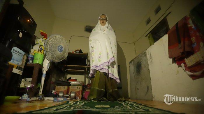 Seorang warga sedang sholat di rumahnya di Jakarta, Kamis (2/4/2020). Pemerintah menghimbau masyarakat untuk berada di dalam rumah dan menghindari aktivitas di tempat publik sebagai upaya mencegah penyebaran COVID-19. TRIBUNNEWS/HERUDIN