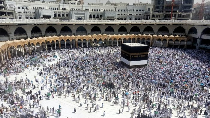 Jamaah bersiap untuk melaksanakan ibadah Salat Jumat di Masjidil Haram, Makkah, Arab Saudi, Jumat (26/7/2019). Jemaah tetap memenuhi Masjidil Haram meski cuaca di Makkah sedang pada puncak panas dengan suhu mencapai 48 derajat celsius. TRIBUNNEWS/HUSEIN SANUSI