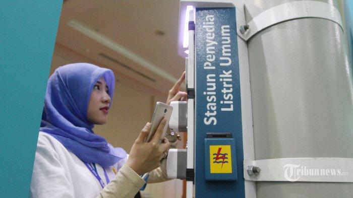 Petugas menunjukkan pemakaian stasiun penyedia listrik umum (SPLU) Beji Lintar pada pameran Indonesia Business & Development (IBD) Expo 2016 di JCC, Jakarta, Sabtu (10/9/2016). Pameran yang digelar 8-11 September 2016 ini adalah forum bisnis dan pameran dagang berskala internasional yang merupakan manifestasi semangat dan solidaritas komunitas bisnis Indonesia, terutama BUMN. TRIBUNNEWS/HERUDIN