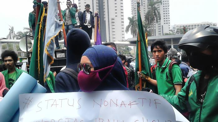 Unjuk Rasa di depan Polda, Mahasiswa Universitas Ibnu Chaldun Diamankan