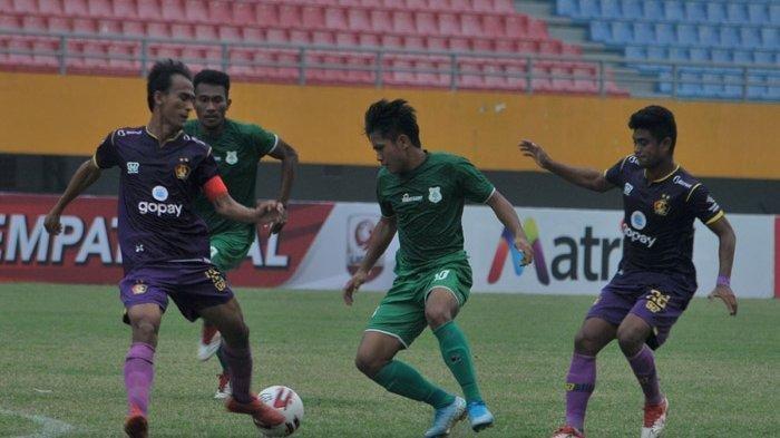 Dua pemain Persik Kediri Faris Aditama (kiri) dan Ibrahim Sanjaya (kanan) berusaha menghadang pemain PSMS Medan Natanael Siringgo Ringo pada laga babak 8 Liga 2 2019 di Stadion Gelora Sriwijaya Jakabaring, Palembang, Minggu (10/11/2019). Kedua tim bermain 1-1.