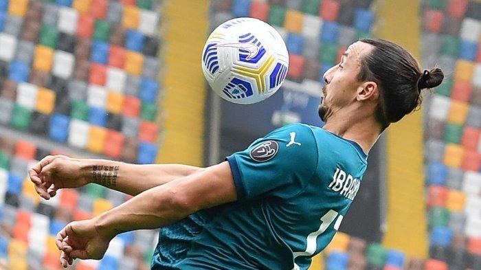 Pemain depan AC Milan asal Swedia Zlatan Ibrahimovic melompat dan mengontrol bola saat pertandingan sepak bola Serie A Italia antara Udinese melawan AC Milan di Stadion Friuli, alias