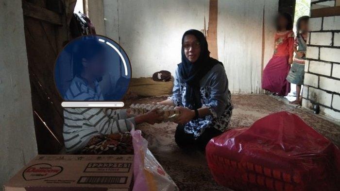 Ibu Bunga saat Tribunkaltim.co menyambangi rumah untuk memberi bantuan alakadarnya