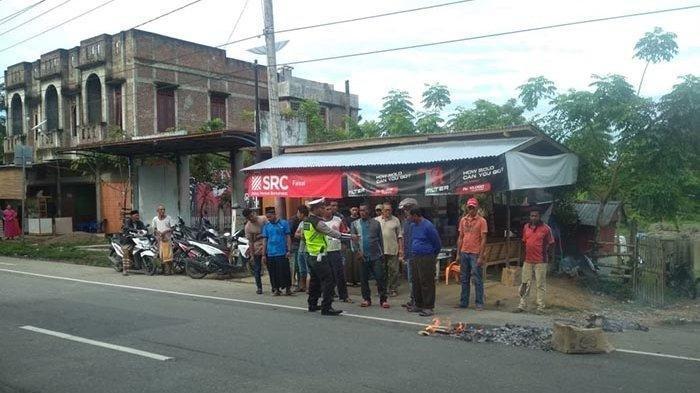 Polisi mengidentifikasi lokasi seorang ibu dan anaknya, Ainul Mardiah (38) dan Safira (4) pengendara Scoopy meninggal dunia tergila truk, di jalan Banda Aceh – Medan, Gampong Grong-grong, Kecamatan Darul Aman, Aceh Timur, Sabtu (2/11/2019) sekitar pukul 08.00 WIB