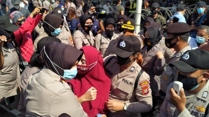 Ricuh Simpatisan Rizieq Hadiri Sidang, Mobil Polisi Putar Asmaul Husna: Semoga Diberi Kesejukan Hati