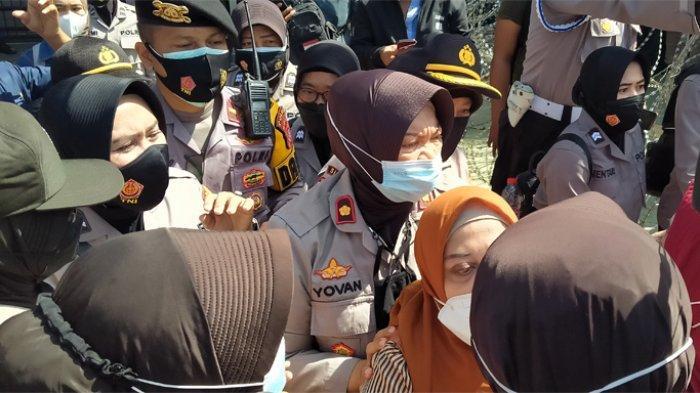 Sejumlah simpatisan ibu-ibu terlibat saling dorong dengan Polisi Wanita (Polwan) di depan Gedung PN Jakarta Timur, Selasa (23/3/2021).