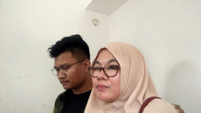 Ibunda Medina Zein, Tien Wartini, menjenguk sang putri di Ditresnarkoba Polda Metro Jaya, Jakarta Selatan, Kamis (2/1/2020).