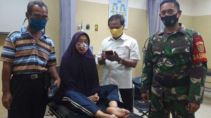 Ibu Rumah Tangga (IRT) saat berada di rumah sakit usai terkena peluru nyasar di bagian kaki ketika berada di rumahnya, Rabu (5/11/2020).