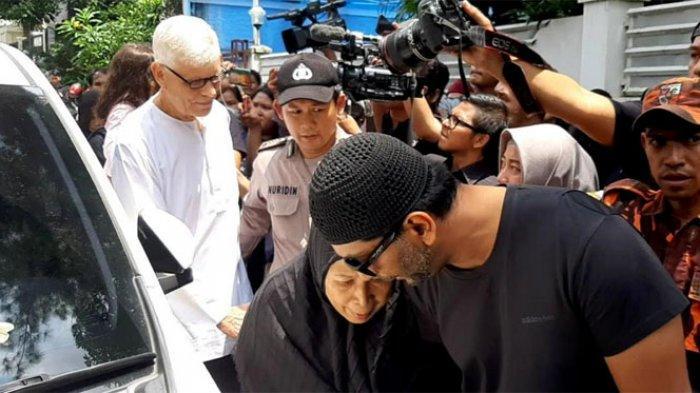 Orangtua aktor Ashraf Sinclair (40), Mohammed Sinclair dan istrinya, Khadijah Abdul Rahman tiba di rumah duka di Jalan Pejaten Barat IV, Pasar Minggu, Jakarta Selatan, Selasa (18/2/2020).