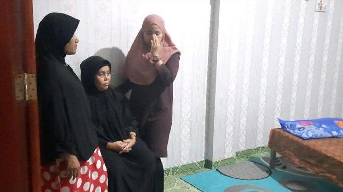 Ibunda komedian Sapri Pantun ditemui di rumah duka, kawasan Cipulir, Jakarta Selatan, Senin (10/5/2021). (Tribunnews.com/ Fauzi Alamsyah)