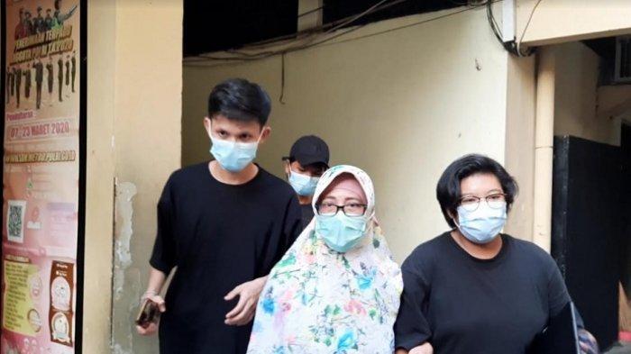 Areistiani, Ibunda Jeff Smith, menyambangi Polda Metro Jakarta Barat, Jumat (16/4/2021). Ia datang menjenguk putranya.