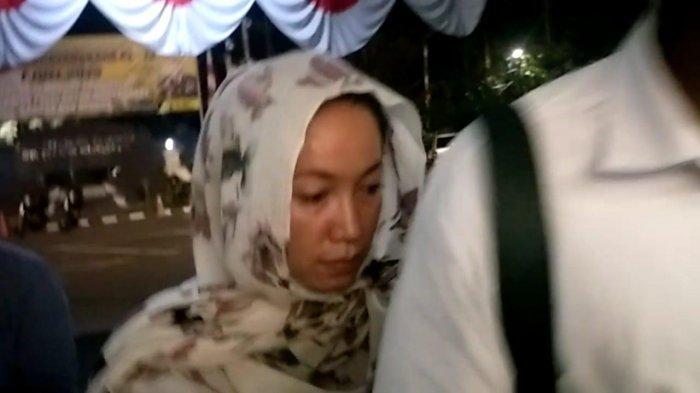 Ibunda Jefri Nichol, Junita Eka Putri saat tiba di Polres Metro Jakarta Selatan, Selasa (23/7/2019).