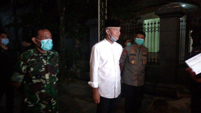 Gubernur Jawa Tengah, Ganjar Pranowo di rumah duka, Sumber, Solo, Jawa Tengah, Rabu (25/3/2020).